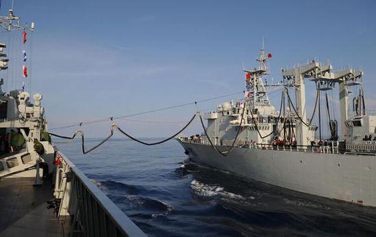 资料图:中国海军舰队海上补给